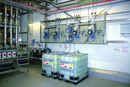 Four sera DAV75.1 units provide for the highly accurate dosing of disinfectants, soda lye and nitric acid in the CIP process