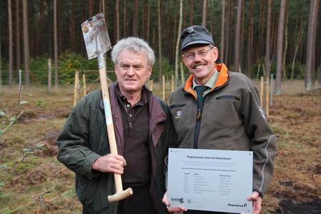 Torwartlegende Sepp Maier und Piepenbrock Förster Rüdiger Cours pflanzten Obstbäume. © Piepenbrock