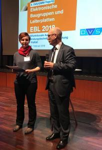 Silvia Hertel, Fraunhofer-Institut für Elektronische Nanosysteme ENAS in Chemnitz, erhielt die Auszeichnung EBL 2018 aus den Händen von Professor Dr.-Ing. Dr. sc. techn. Klaus-Dieter Lang, wissenschaftlicher Tagungsleiter / Bild: DVS