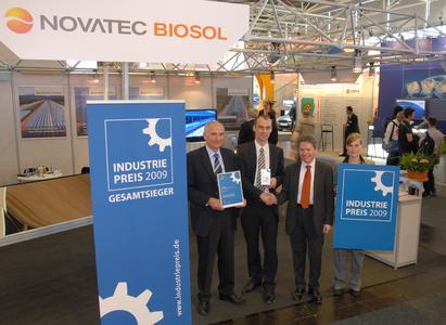 Oliver Schwartz (Bildmitte rechts), Leiter Unternehmenskommunikation der Huber Verlag fuer Neue Medien GmbH, gratuliert Dipl.-Ing. Martin Selig (Bildmitte links), Vorstandsvorsitzender (CEO) und Hans-Gerd Fischer, Vorstandsmitglied der NOVATEC BIOSOL AG