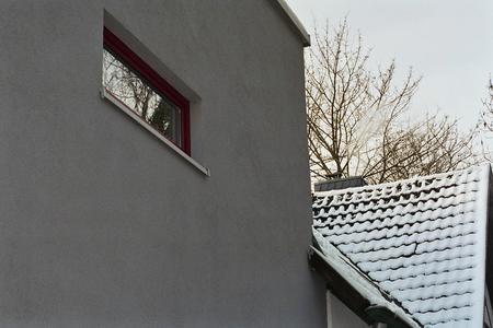 Vorbildlich gelöst: Schmale Energiespar-Fenster auf der schattigen Nordseite begrenzen die Wärmedurchgangsverluste auf ein Minimum. (Foto: Achim Zielke für INTHERMO)