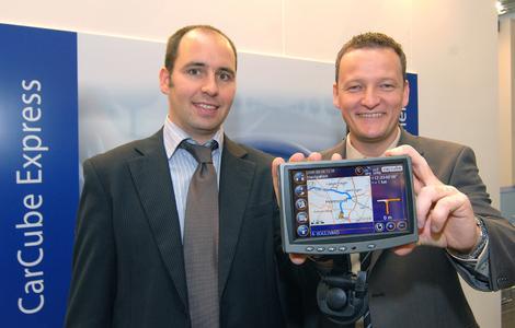 Wim Maes (links), Vorstandsvositzender von Punch Telematix N. V., und Carsten Holtrup, Geschäftsführer der Punch Telematix Deustchland GmbH, präsentieren auf der IAA in Hannover den CarCube Express