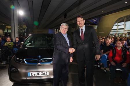 BMW Betriebsversammlung Joschka Fischer mit Werkleiter Dr. Milan Nedeljkovic