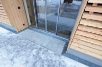 Die mit Maschenrosten abgedeckten Entwässerungsrinnen fügen sich passgenau in das Gesamtbild des Hotelkomplexes ein. Ihr hoher Anspruch an Funktion und Design erfüllt alle Anforderungen der Bauherren.
