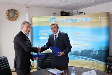 """links: Maxim Shakhov, Exekutivdirektor der Schaeffler Russland GmbH und Kairat Saurbayev, Präsident der JSC """"Kaztemirtrans"""" nach der Vertragsunterzeichnung"""