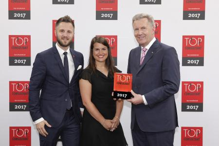 Geschäftsführer Sebastian Gutbrod und Abteilungsleiterin Lisa Baum erhalten die Auszeichnung von Bundespräsident a. D. Christian Wulff