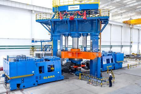 Die neue von der SMS group gelieferte 63/80-MN-Hochgeschwindigkeits-Freiformschmiedepresse im Betrieb bei WST