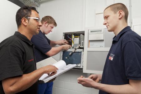Die duale Ausbildung zum Elektroniker bietet beste Zukunftsperspektiven. Foto: amh-online.de