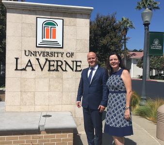 Prof. Dr. Bosco Lehr, Vizepräsident für Internationales, hat den Campus in La Verne schon mal mit Wirtschaftsprofessorin Prof. Dr. Louise Kelly erkundet