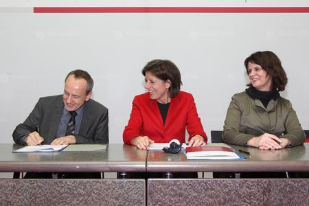 Hochschulpräsident Prof. Dr. Konrad Wolf bei der Unterzeichnung der Zielvereinbarungen mit Ministerpräsidentin Malu Dreyer und Wissenschaftsministerin Vera Reiß (Quelle: Saemmer © Staatskanzlei)