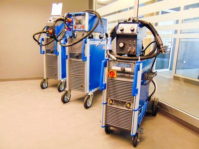 Insgesamt acht neue CLOOS-Schweißgeräte stehen im IQTC für die Aus- und Weiterbildung von Schweißern bereit