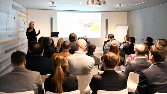 """Bei der Kick-Off-Veranstaltung zu den von der Dematic GmbH initiierten """"European Customer Days 2018"""" stand der intensive Gedankenaustausch über aktuelle Trends und Entwicklungen im Bekleidungshandel im Vordergrund. (Foto: Dematic)"""