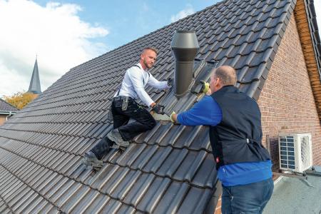 Der Wrasenlüfter von FLECK ist für das Steildach in unterschiedlichen Ausführungen für Dächer mit Dachziegeln oder Dachsteinen, Wellplatte, Schiefer oder Schindel erhältlich.