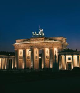 Brandenburger Tor_Nacht: Kompetenz in der Baudenkmalpflege bewies Caparol auch bei der Restaurierung des Brandenburger Tores in Berlin.