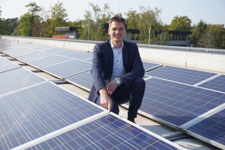 HARTING setzt auf Photovoltaik: Hier Dr. Stephan Middelkamp, Zentralbereichsleiter Qualität und Technologien, auf dem Dach des HARTING Qualität und Technologiecenters (HQT) in Espelkamp