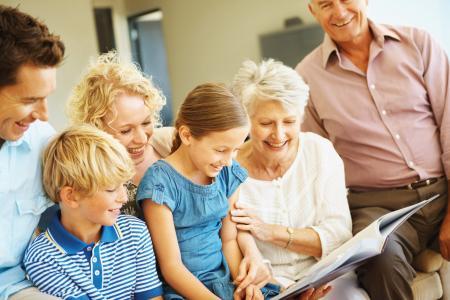 Jeder blättert gern mal mit der Familie und den Enkelkindern in den alten Familienalben und ruft sich die Kindheit, Jugend oder Flitterwochen in Erinnerung.