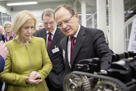 Beim Besuch von Bundesforschungsministerin Prof. Dr. Johanna Wanka des Werkes in Luckenwalde erläutert Prof. Dr. Peter Pleus, Vorstand Automotive der Schaeffler AG, an einem Motor-Modell umweltfreundliche Antriebstechnologien