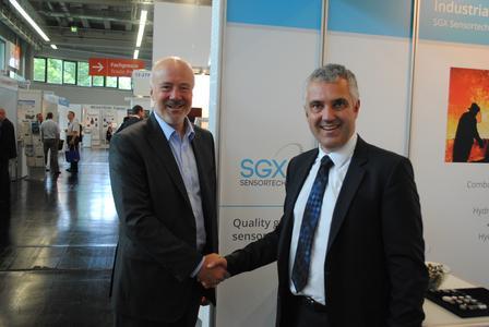 Von SGX Sensortech die Gassensoren für sicherheitsrelevante industrielle Anwendungen, von PEWATRON die kompetente Beratung: Stephen Neff, CEO von PEWATRON (rechts), und David Norman, Executive Chairman von SGX Sensortech, besiegeln die Kooperation