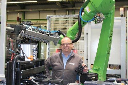 Kräftiges Invest für die Fertigung des Verkaufsschlagers SecuFix: Produktionsleiter Bernd Vinken vor dem hochmodernen Industrieroboter, der als Teil einer neuen technologischen Einheit für mehr Kapazität und Flexibilität bei der Herstellung des starren Wellenverbinders sorgt.    Foto: SELVE