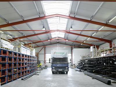 Losberger Stahl-Systemhalle, 22 x 42 m, Lagerfläche mit Firstlichtband zur natürlichen Belichtung