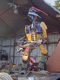 Schrott-Roboter rockt Do-it-Yourself-Festival
