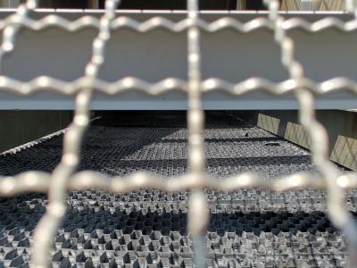 Bild: Tropfkörper eines Kühlturms im eingebauten Zustand