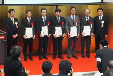 Presenting the award to the winners, Photo: Mori Seiki
