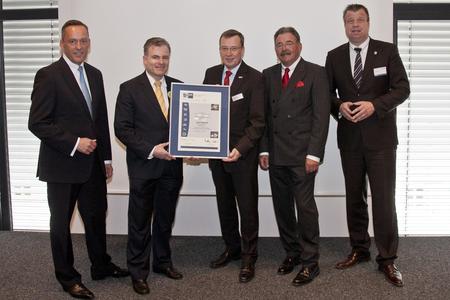 Dr. Hanker, Dr. Leder, Rühl, Topp, Dr. Witteck (v.l.) bei der Übergabe der IHK-Urkunde