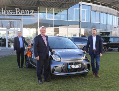 The Pilgerhaus will be travelling green in the future: trans-o-flex Expressdienst and AUTOWELT.EBERT donated an electric smart car including a charging station. From left to right: Bernd Baldus, Managing Director of Autowelt.Ebert, trans-o-flex CEO Wolfgang P. Albeck and Pilgerhaus Chairman Uwe Gerbich-Demmer