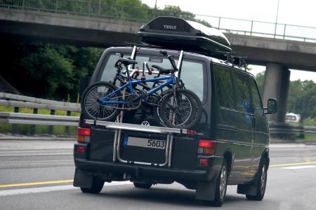 Wenn selbst der Bus zu klein ist: Dachboxen schaffen zusätzlich Stauraum