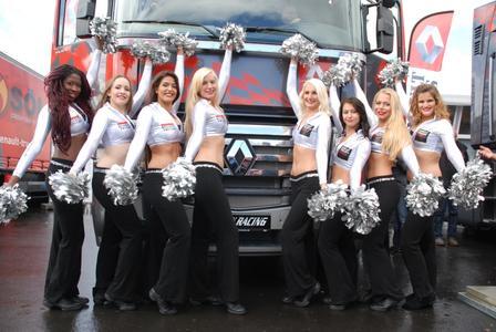 Die Cheerleader der Telekom Baskets Bonn sorgten für gute Stimmung am Stand von Renault Trucks