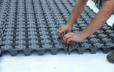Geoplast bietet Lösungen zur Verbesserung der Durchlässigkeit von Gründächern, gepflasterten Flächen und Rasenflächen. Unsere Grünlösungen für durchlässige Oberflächen in Kombination mit Wasserlösungen für die Wiederverwendung von Regenwasser und der Abwasserentsorgung sparen Energiekosten für Wasser und verbessern die Erhaltung der natürlichen Ressourcen.