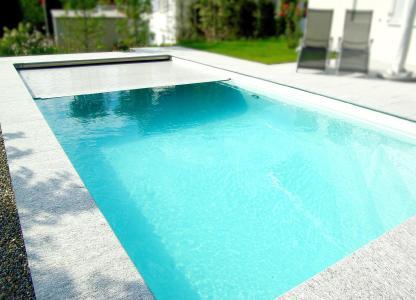 Die hochwertigen Pool-Abdeckungen von WaterBeck lassen sich ganz leicht nachrüsten