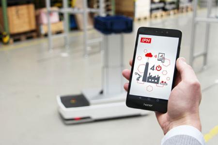 Per Tablet oder Smartphone Maschinen steuern: Die Digitalisierung ist in der Produktion angekommen und erleichtert den Arbeitsalltag. (Quelle: IPH)