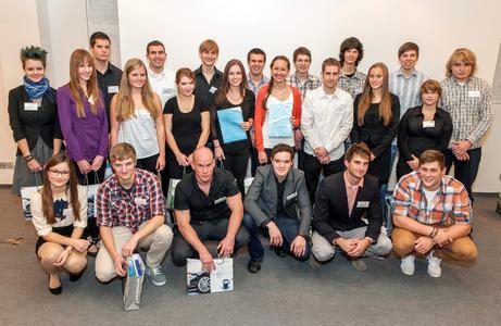 """Die 23 Teilnehmer von """"Jugend denkt Zukunft"""" freuen sich über den erfolgreichen Abschluss ihrer Projektwoche bei Heraeus"""