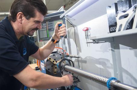 Im hauseigenen Prüfstand von Steinmeyer wird die Qualität der Kugelgewindetriebe anhand von Kriterien wie Laufruhe, Geräuschentwicklung, Vibrationen, Einlaufverhalten sowie Energieeffizienz analysiert und bei Bedarf optimiert