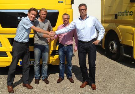 Ingo De Schrijver aus der Transics-Zentrale in Belgien (links) mit Peter Frost Rasmussen, Contino Transport A/S, Transics-Dänemark-Vertreter Christian Johnstad-Möller, und Allan Jepsen, CEO Contino Group A/S, nach dem Vertragsabschluss