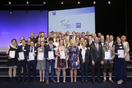 BU 2: Gruppenfoto aller Preisträger aus Bayern (Quelle: DIHK / Schicke / Ebner)