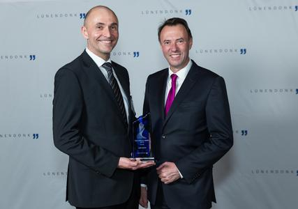 (from right) Matthias Mierisch, CEO, uand Marcus Metzner, CMO, with the Lünendonk B2B-Service Award (Foto: Jens Braune del Angel )