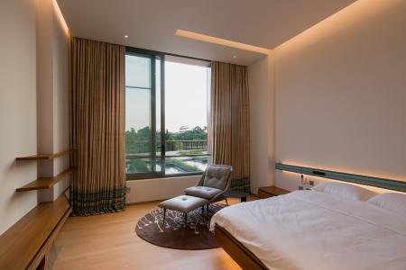 Einer der zahlreichen Schlaf-/Gästeräume, die in Farbe, Materialität und Ausstattung betont schlicht gehalten sind (Schüco ASS 50.NI). Bildnachweis: Khoo Guojie, Singapur