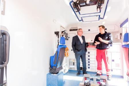 Modernste Medizintechnik im Inneren: Notfallsanitäter Heiko Kaiser stellt Personalvorstand Thomas Schlenz den neuen Rettungswagen vor