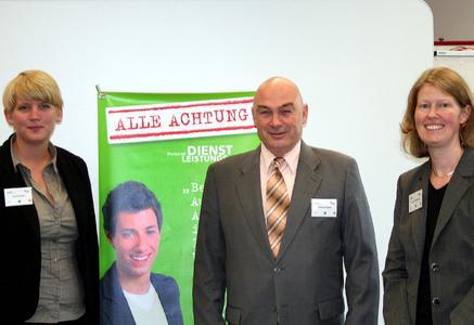 Die iGZ-Bildungsexperten Eva Schrigten, Michael Hacker und Dr. Jenny Rohlmann (v.l.) informierten in der Fachhochschule Gießen-Friedberg über Ausbildungsmöglichkeiten in der Zeitarbeitsbranche