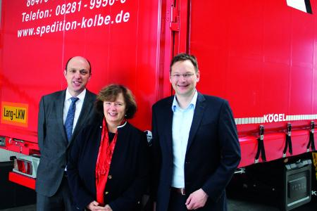 from left to right: Thomas Eschey, Petra Adrianowytsch and Dr. Hans Reichhart in front of a by 1.3 metres elongated Kögel Euro Trailer / Photo: Patrick Wanner/Kögel Trailer GmbH