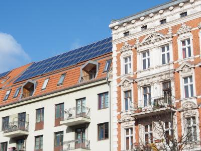 Mieterstrom – BHKW- und PV-Einsatz in Mehrfamilienhäusern (Quelle: AdobeStock)