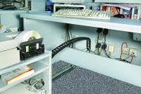 EasyTrax-Energieführungsketten werden an den Check-in Schaltern des Airports Nürnberg eingesetzt, wo sie die Kabel zu den Computern und Druckern führen