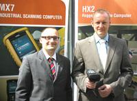 Tobias Laxa (Marketingleiter CIM GmbH) und Florian Hopen (Channel Manager LXE GmbH) besiegeln die strategische Partnerschaft beider Unternehmen (v.l.n.r.)