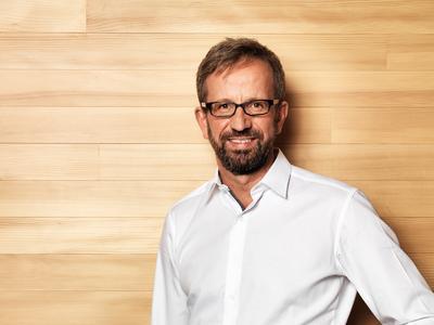 Diplom-Holzwirt Christoph Jost ist als hauptamtlicher Fachberater für proHolzBW tätig. Bauinteressenten bietet er ebenso wie Holzbauunternehmen und Kommunen die Beratung vor Ort an. Er ist mobil erreichbar unter 0176/24 43 26 34 (Bildquelle: proHolzBW, Ostfildern; www.proholzbw.de)