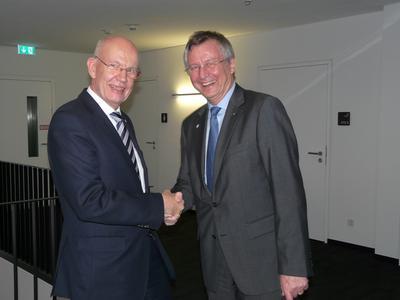 Nach zwei Jahren an der Spitze des Vereinsvorstands stellte Dr. Reinhard Janta, SGL Group (rechts) sich nicht mehr zur Wahl. Er wurde von CCeV-Geschäftsführer Dr. Hans-Wolfgang Schröder stellvertretend für alle Mitglieder verabschiedet