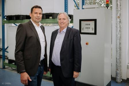 Dr. Peter Geigle, Vorstand CMBlu und Prof. Dr.-Ing. Peter Gutzmer, Stellvertretender Vorsitzender des Vorstands der Schaeffler AG und Vorstand Technologie, unterzeichneten den Kooperationsvertrag für die Entwicklung großtechnischer Energiespeicher
