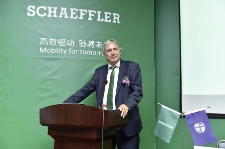 """Professor Dr.-Ing. Peter Gutzmer bei seiner Antrittsvorlesung zum Thema """"Mobilität für morgen"""" vor Studenten der chinesischen Southwest Jiaotong University"""